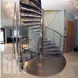 Винтовая лестница из полированной нержавеющей стали
