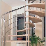 Лестница в частном доме на центральном столбе
