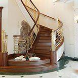 Лестница из полированной латуни и дуба